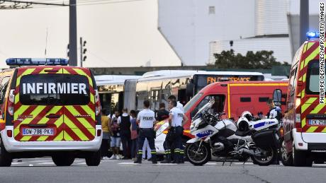 French cops detain man after knife attack kills 1, injures 9