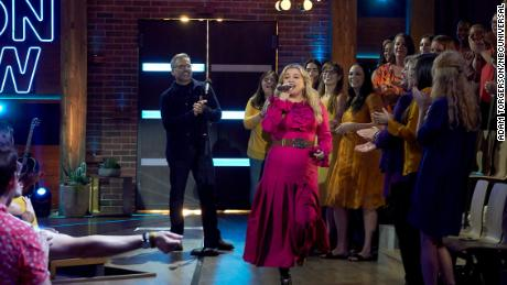 Kelly Clarkson Is Workin' '9 to 5' in New Talk Show Promo