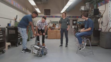 Les élèves de FIRST démontrent les capacités de leurs robots.
