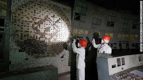 چرنوبائل کنٹرول روم اب زائرین کے لئے کھلا ہے - لیکن صرف ہازمٹ سوٹ پہنا ہوا ہے