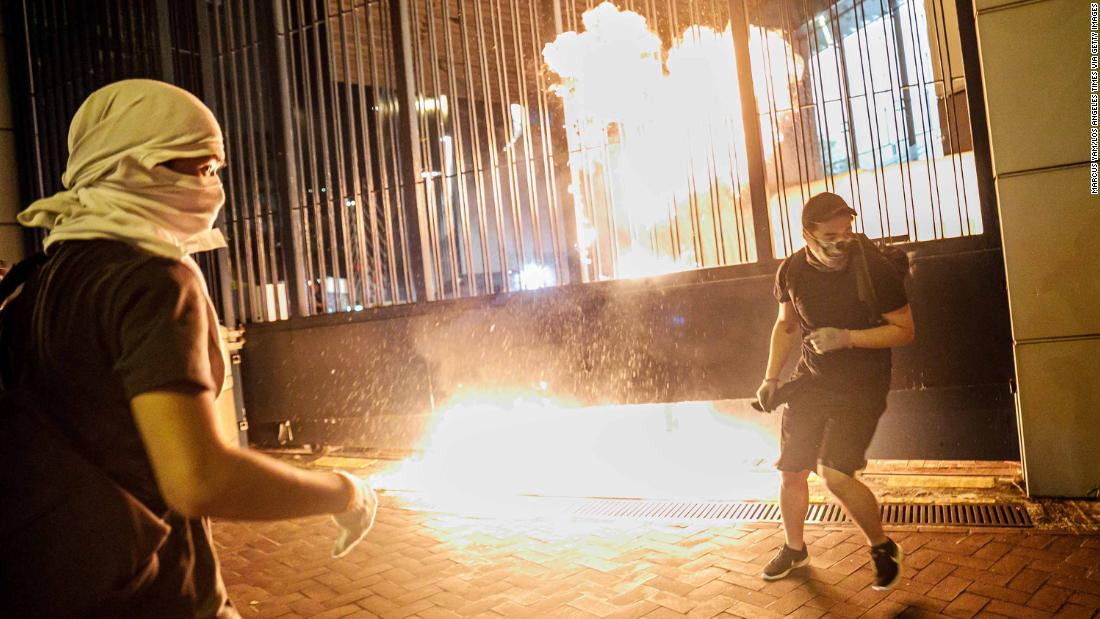 Protesters throw petrol bombs at the gate to the Tsuen Wan police station on Wednesday, ottobre 2.