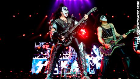 Iconic rockers Gene Simmons (왼쪽) and Paul Stanley (권리) of Kiss are well known for over-the-top performances.