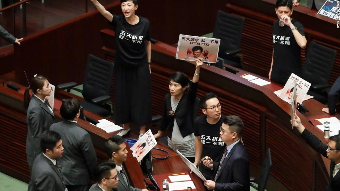 "Pro-democracy lawmakers protest as Hong Kong Chief Executive Carrie Lam delivers a speech at the Legislative Council on Wednesday, ottobre 16. Lam's annual policy address <a href =""https://www.cnn.com/2019/10/16/asia/hong-kong-protests-explosives-intl-hnk/index.html"" target =""_blank&ampquott;>ended in chaos</un> as pro-democracy lawmakers repeatedly disrupted her speech and heckled her with calls to honor the demands of anti-government protesters."