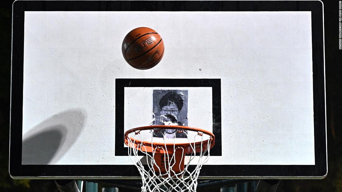 A protester shoots a basketball at a poster of Lam during a rally on Tuesday, ottobre 15.