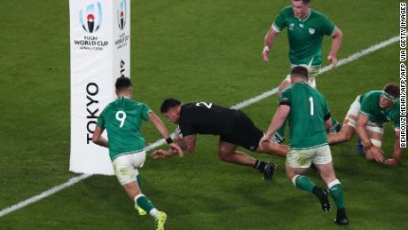 Coupe du monde de rugby: les All Blacks atteignent les demi-finales avec la démolition de l'Irlande à sept reprises