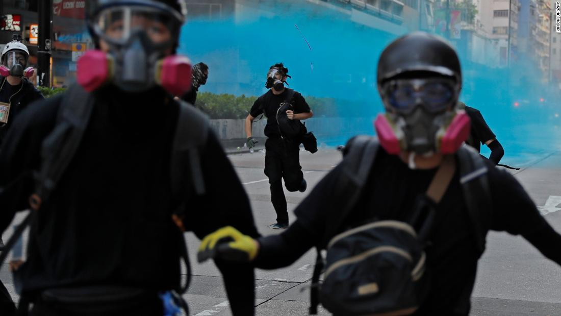 Police fire blue dye toward protesters in Hong Kong on Sunday, ottobre 20. Blue dye can be used to stain and identify masked protesters.