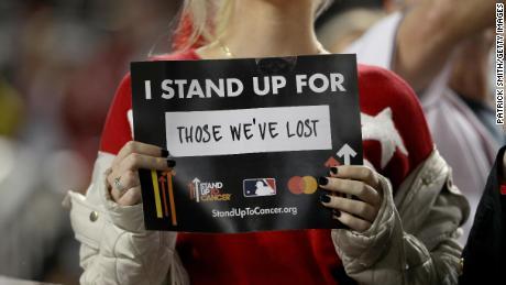 Les partisans, les joueurs et les officiels ont pris une pause des World Series pour lutter contre le cancer