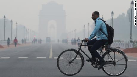 Một người đàn ông đạp xe qua New Delhi trong điều kiện sương mù vào tháng 10 năm 2019.