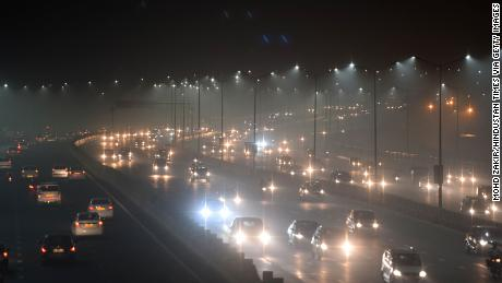 Sương mù dày đã dẫn đến một vài ngày tầm nhìn thấp trên khắp New Delhi.