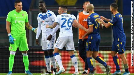 Mario Balotelli est victime d'abus raciste alors que les incidents se poursuivent en Serie A