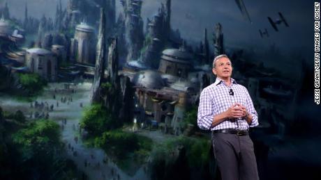 Tại hội chợ triển lãm D23 của công ty năm 2015, Iger đã công bố kế hoạch xây dựng những vùng đất có chủ đề Chiến tranh giữa các vì sao. Các công viên đã mở tại Disneyland và Disney World vào đầu năm nay. (Jesse Grant / Getty Images cho Disney)