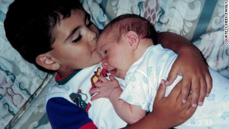 Justin và em gái của anh chào đời cách nhau ba năm, nhưng họ rất thân thiết đến nỗi mẹ của họ gọi họ là anh em sinh đôi.
