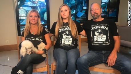 Victoria Rose Meek, trung tâm, ngồi với mẹ cô, Lauren Lynn, và cha, Roger.