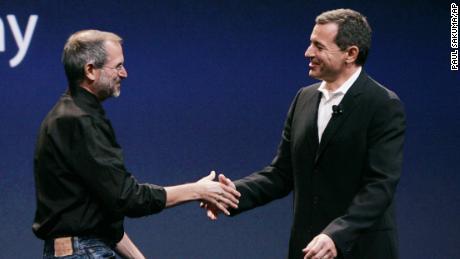 Bob Iger đã xây dựng mối quan hệ làm việc và tình bạn với Steve Jobs, điều này dẫn đến việc Disney mua hãng phim hoạt hình sáng tạo Pixar. (Paul Sakuma / AP)