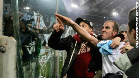 Tiền đạo của Cole Di Canio về phía trước cử chỉ của người hâm mộ của Lazio.