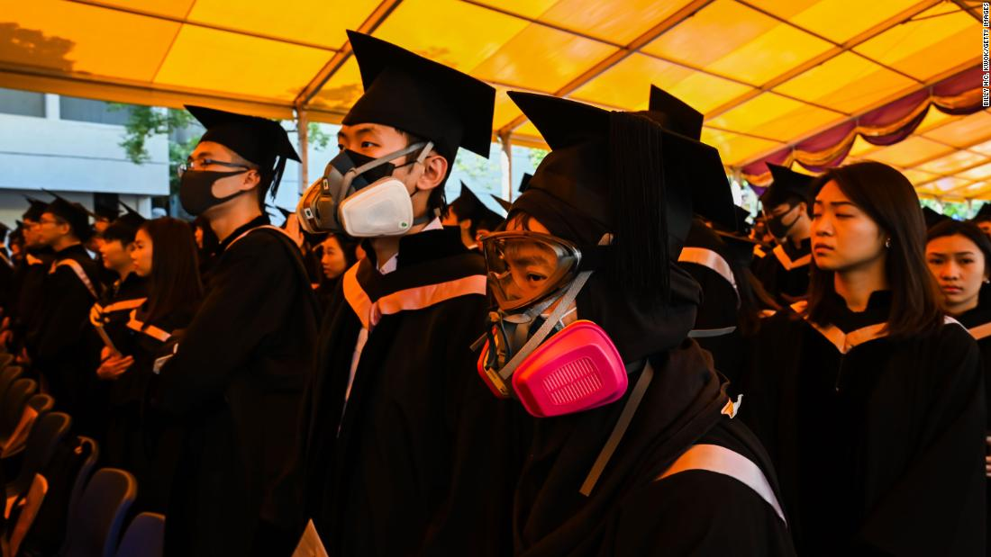 Students in gas masks are seen during a graduation ceremony at the Chinese University of Hong Kong on Thursday, novembre 7 in Hong Kong.
