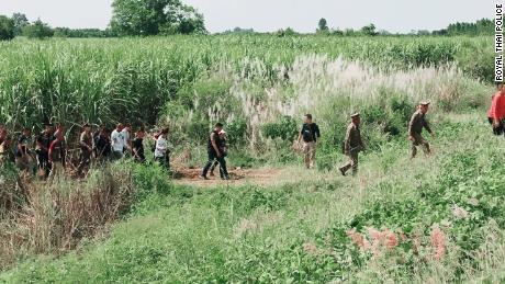 Cảnh sát Thái Lan tìm kiếm kẻ chạy trốn Bart Allen Helmus và Sirinapa Wisetrit vào ngày 6 tháng 11 năm 2019 tại tỉnh Sa Kaeo, sau khi cặp đôi trốn thoát khỏi tòa án.