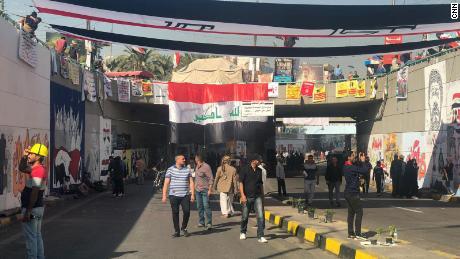 Los manifestantes caminan por el túnel bajo la plaza Tahrir llena de murales dibujados por manifestantes y artistas en las últimas semanas.
