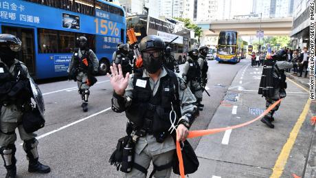 Oficiales de policía en Sai Wan Ho, Hong Kong, donde dispararon contra un manifestante el 11 de noviembre de 2019.