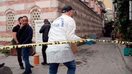 Oficiales de policía investigan en la escena de la muerte de Le Mesurier.