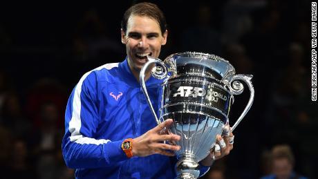Rafael Nadal tạo dáng với chiếc cúp số 1 cuối năm.