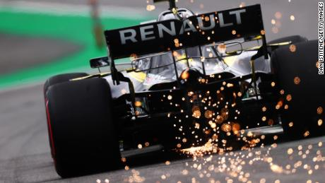 Scânteile zboară în spatele Renault-ului lui Daniel Ricciardo în timpul ultimelor teste pentru Marele Premiu al Braziliei F1 la Autodromo Jose Carlos Pace, pe 16 noiembrie 2019, la Sao Paulo, Brazilia.
