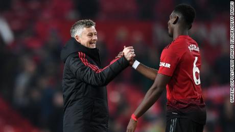 """Le milieu de terrain de Manchester United Paul Pogba espère """" faire parler les gens '' avec des bracelets anti-racisme"""