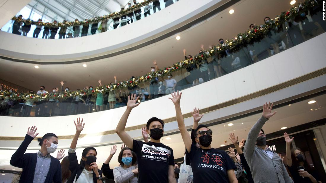 Protesters raise their hands to represent the five demands of pro-democracy demonstrators during a rally in support of the Hong Kong Human Rights and Democracy Act in the U.S., at the IFC Mall in Hong Kong, in novembre 21.