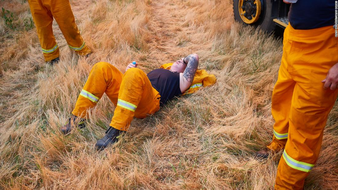 A CFA crew member rests after a day of maintaining controlled back burns in St Albans, 澳大利亚, 在十一月 21.