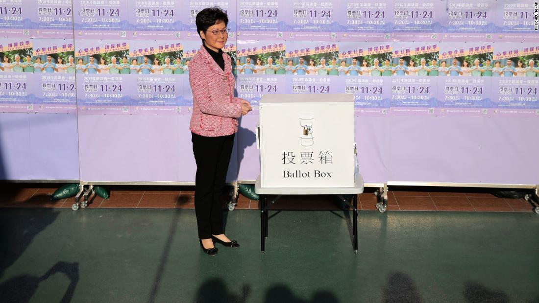 "Hong Kong Chief Executive Carrie Lam casts her ballot for the district council elections at a polling place, novembre 24. In a statement Monday, Lam said her government ""respects the election results."""