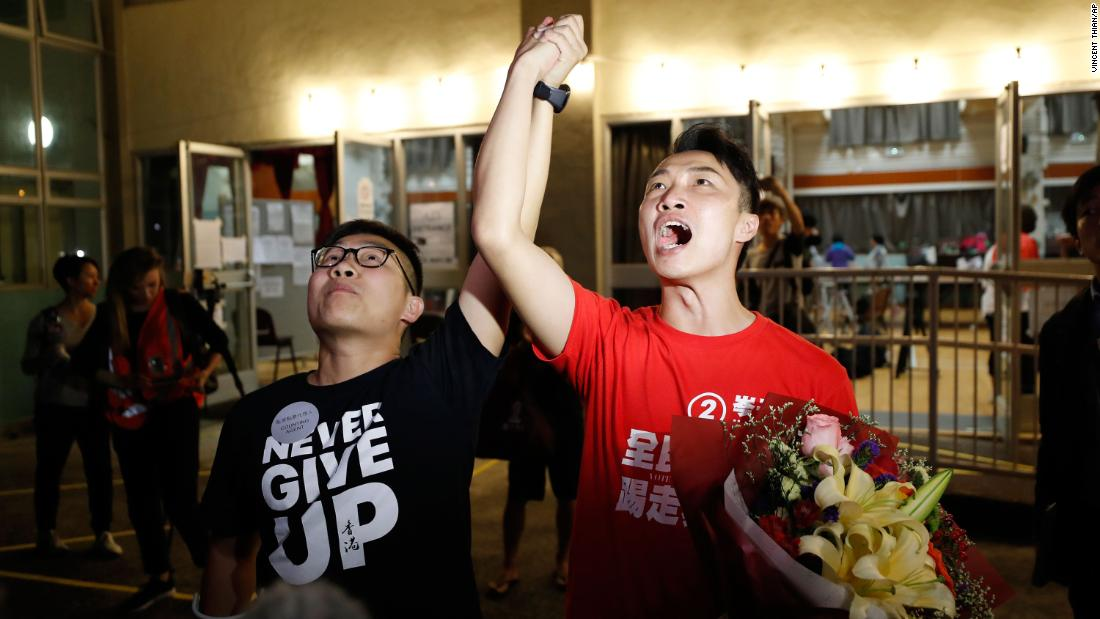 "Pro-democracy candidate Jimmy Sham, destra, celebrates with a supporter after winning his election in the Sha Tin district, early November 25. ""Oggi's result represents (my constituency'S) support to protesters. The government should immediately establish the Five Demands and respond to the public's voices,&qquot Sham posted on Facebook, referencing a long-standing protest slogan."
