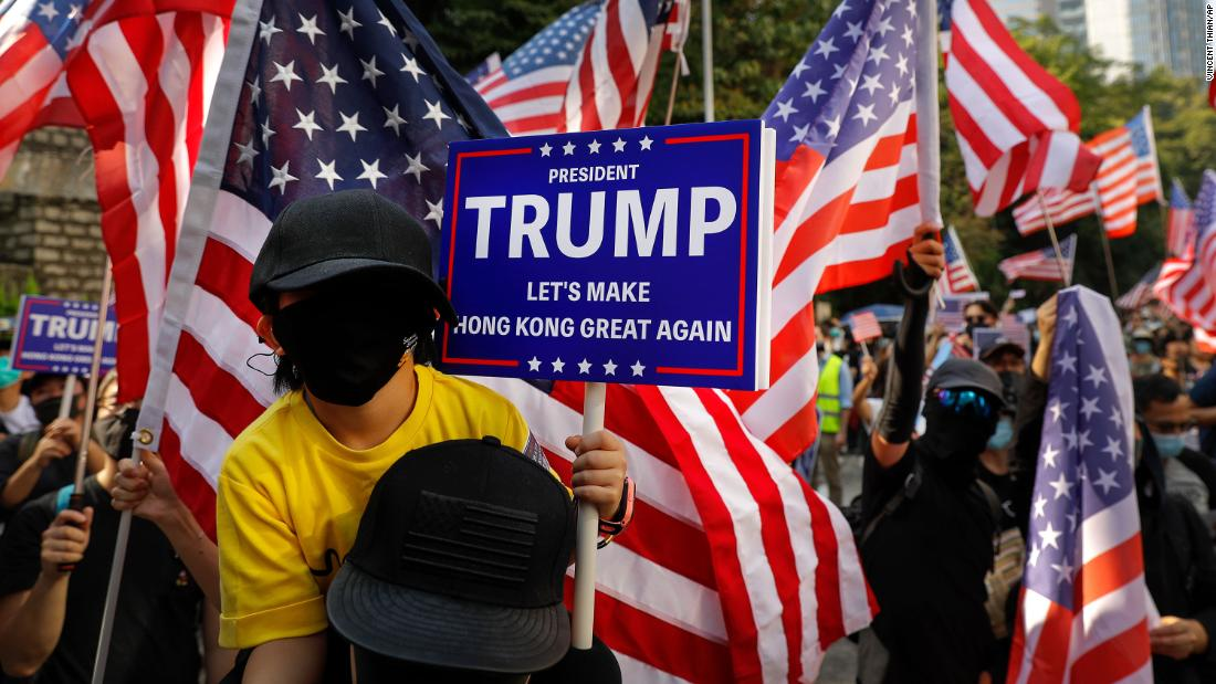 Protesters stage a rally outside the US Consulate in Hong Kong on Sunday, dicembre 1. Hundreds gathered Sunday afternoon outside the US Consulate for another pro-US rally to show support for President Trump after he signed the Hong Kong Human Rights and Democracy Act into law.