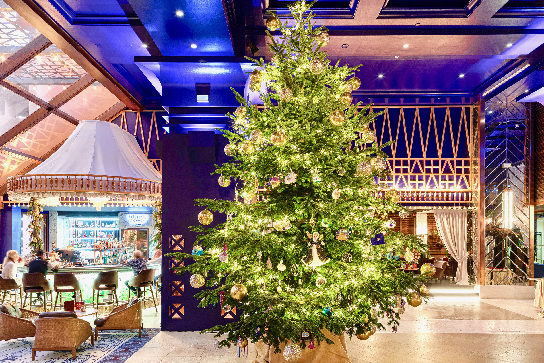 Christmas Tree Decorating: 15 Ideas For 2010 calraff 191202085400-01-spanish-hotel-christmas-tree