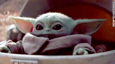 "Who can resist the cuteness that is Baby Yoda in ""만달로 리안&amp인용t;?"