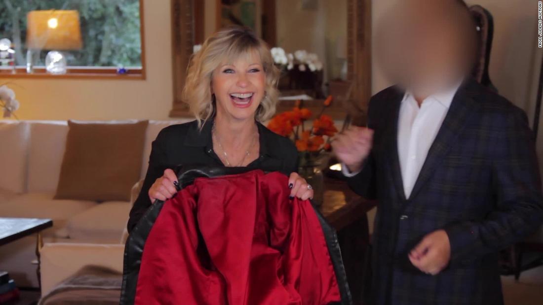 Ein Mann kaufte Olivia Newton-John ' s 'Fett' - Jacke für $243,200 und gab es zurück zu Ihr