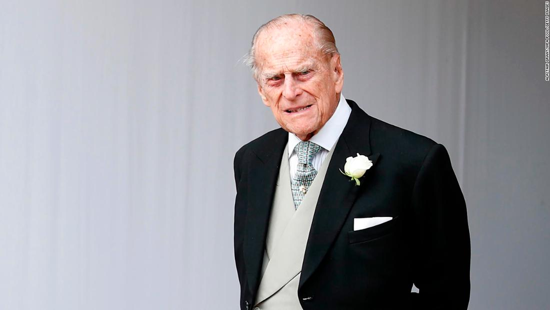 "Prince Philip is seen at the <a href=""http://www.cnn.com/style/gallery/princess-eugenie-wedding/index.html"" 目标=""_空白&amp报价t;>wedding of his granddaughter Princess Eugenie and Jack Brooksbank</一个> 在十月 2018."