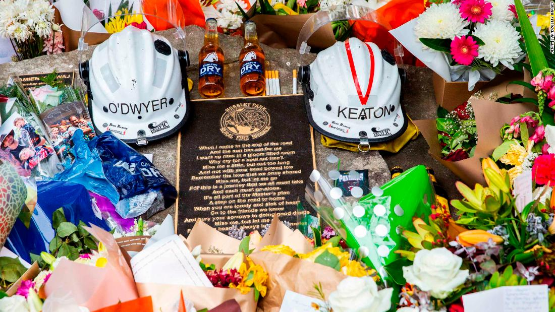 "Tributes for volunteer firemen Andrew O'Dwyer and Geoffrey Keaton are seen at Horsley Park Rural Fire Brigade in Sydney, 澳大利亚, 在十二月 22. 它's believed they were killed when their vehicle hit a tree before rolling off the road, 的 <a href=""https://edition.cnn.com/2019/12/20/australia/australia-firefighter-death-intl-hnk-scli/index.html"" 目标=""_空白&amp报价t;>New South Wales Rural Fire Service said in a statement</一个>."