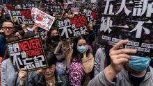Susținătorii democrației țin semne și strigă lozinci în timp ce participă la un marș în timpul unui miting din 1 ianuarie 2020 la Hong Kong, China.