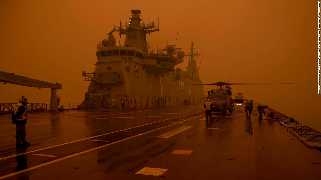 "A Royal Australian Navy MH-60R Seahawk ""Romeo&报价; helicopter refuels onboard HMAS Adelaide during Operation Bushfire Assist, 在星期天, 一月 5, in this image provided by the Australian Department of Defence. HMAS Adelaide and army reserve forces have been assisting with bushfire evacuations on the southern coast of New South Wales."