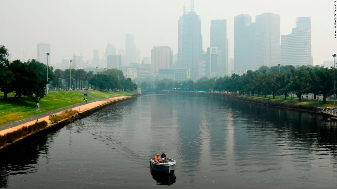 "A smoky haze from bushfires hovers over the Melbourne skyline ahead of the <a href=""https://www.cnn.com/videos/sports/2020/01/14/australian-open-air-quality-issues-fires-dalila-jakupovic-sharapova-tennis-spt-intl-lon-orig.cnn"" 目标=""_空白&amp报价t;>澳网</一个> tennis tournament on Tuesday, 一月 14. Poor air quality disrupted the qualifying rounds of the tournament."