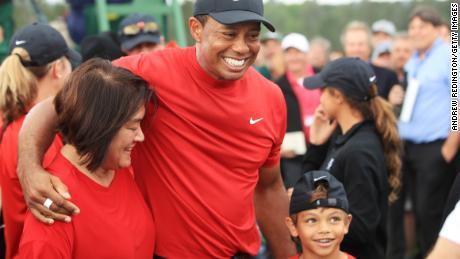Le fils de Tiger Woods est bon au golf, mais la vidéo pose des questions plus larges