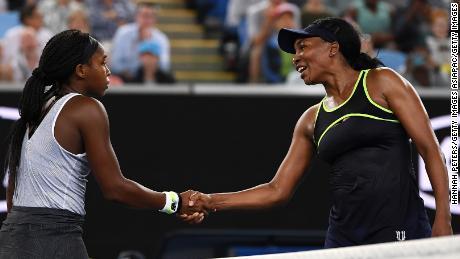 Coco Gauff bat Venus Williams alors que Roger Federer, Naomi Osaka et Serena Williams gagnent également à l'Open d'Australie