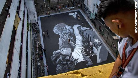 A giant mural of NBA legend Kobe Bryant and his 13-year-old daughter, Gianna, is seen on a basketball court in Taguig, Philippines, en enero 28. It was painted two days earlier, just hours after the Bryants and seven other people were killed in a helicopter crash in California.