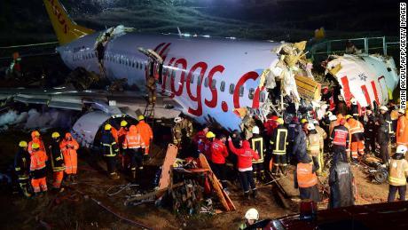 I soccorritori stanno lavorando per raggiungere i passeggeri feriti sul jet della Pegasus Airlines mercoledì notte.