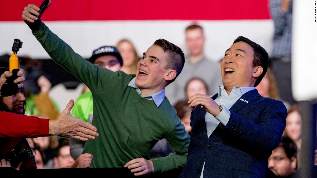 "Yang takes a photo with an audience member as he arrives at an ""Our Rights, Our Courts"" forum in Concord, New Hampshire, a febbraio 2020."