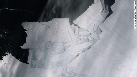 ภูเขาน้ำแข็งขนาดเกือบเท่าแอตแลนต้าเพิ่งแตกออกจากธารน้ำแข็งในแอนตาร์กติกา