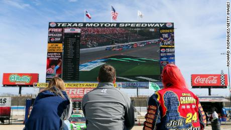 Fans watch the 2019 Daytona 500 at at Texas Motor Speedway. ザ・ 2021 race will be broadcast on Fox and other paid streaming services.