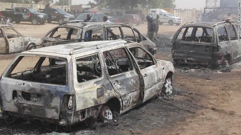 Ô tô bị cháy bởi các chiến binh nghi ngờ trong vụ tấn công.