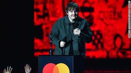 Le rappeur Dave fait une déclaration politique aux Brit Awards, appelant Boris Johnson à dénoncer le racisme