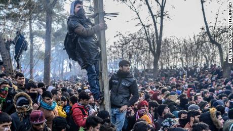 تارکین وطن 29 فروری 2020 کو ترکی - یونان کی سرحد پر جمع ہوئے ، جہاں یونانی پولیس کے ساتھ جھڑپیں ہوئی۔